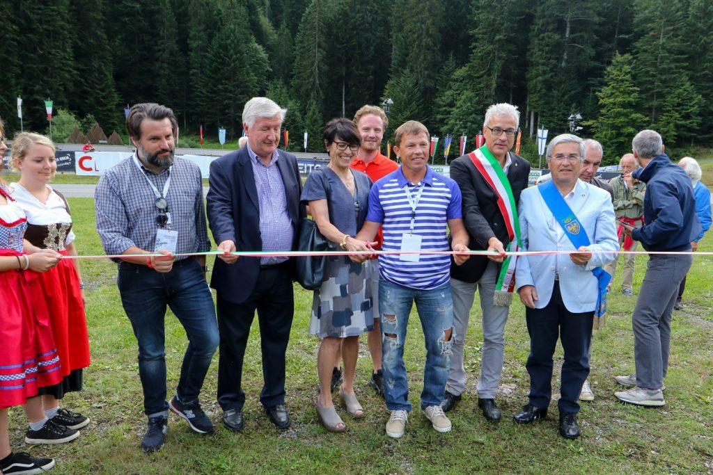 Il taglio del classico nastro tricolore è stato effettuato dal primo vicepresidente dell'IBU Viktor Maigourov