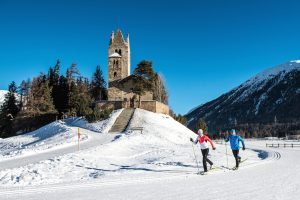 ENGADIN ST. MORITZ - Langlaeufer auf den frisch gespurten Loipen bei der Kirche San Gian in Celerina. Cross-country skiers on the freshly prepared trails near the Church of San Gian in Celerina. Sciatori di fondo sulle piste appena tracciate nei pressi della Chiesa di San Gian a Celerina. Copyright by: ENGADIN St. Moritz By-line: swiss-image.ch/Romano Salis